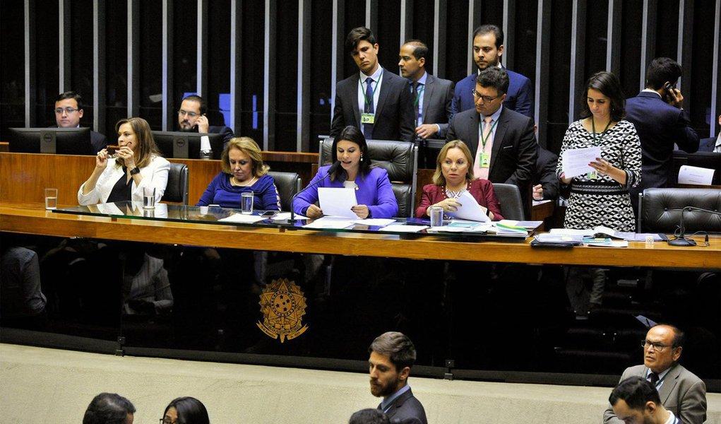 Plenário da Câmara dos Deputados aprovou a emenda substitutiva da deputada Laura Carneiro (sem partido-RJ) ao Projeto de Lei 5452/16, do Senado, que tipifica o crime de divulgação de cenas de estupro e aumenta a pena para estupro coletivo; matéria agora retorna ao Senado