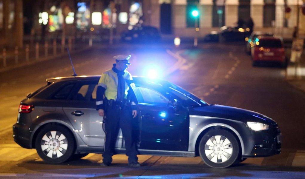 Quatro pessoas ficaram gravemente feridas em dois ataques com facas em um bairro da capital austríaca Viena na noite desta quarta-feira, mas não estavam claros os motivos e se havia conexão entre os atos; um cidadão do Afeganistão foi posteriormente preso em conexão com o segundo ataque, mas nenhum outro detalhe estava imediatamente disponível; Viena não passou por nenhum ataque fatal de militantes islâmicos como os que abalaram Paris, Berlim e Bruxelas desde 2015