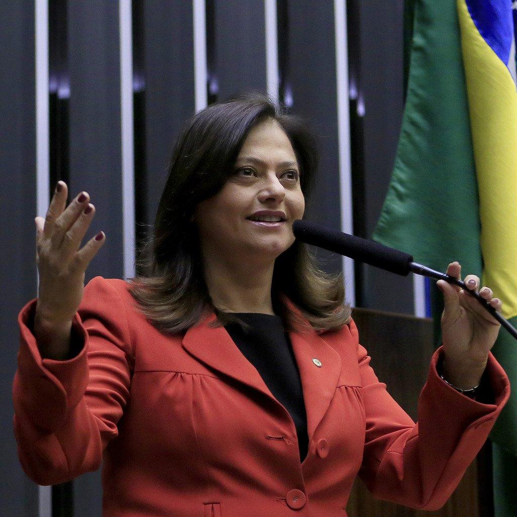 """Única mulher da bancada baiana na Câmara, Alice Portugal diz que apesar de as mulheres serem a maioria da população, """"não somos representadas nos espaços de poder, na Câmara,por exemplo,somos 513 deputados e apenas 51 mulheres. Na Bahia, dos 39, eu sou a única atualmente""""; a parlamentar revela que o assassinato de mulheres negras aumentou 54% em 10 anos e que 12 mulheres são assassinadas por dia no Brasil"""