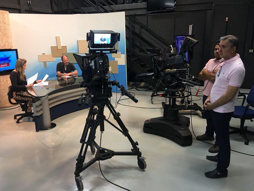 A Televisão Brasil Central emissora vinculada ao governo de Goiás, entrou em nova fase a partir de fevereiro, sob o comando do jornalista João Bosco Bittencourt; a nova TBC reforçou a cobertura jornalística, a interatividade e vem fazendo transmissões ao vivo; o jornalismo está mais sintonizado com as demandas da sociedade e boletins de hora em hora foram introduzidos na programação, medida que foi copiada pela TV Anhanguera, afiliada da Globo; com sinal de alta definição, a nova TBC também investe na cobertura política e até integrantes da oposição passaram a ter espaço na emissora; o governador Marconi Perillo avisou que os investimentos na emissora vão continuar