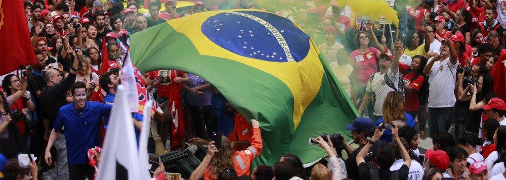 """03/10/2015 - São Paulo - SP - Manifestantes da CUT realizaram um protesto """"em defesa da Petrobras e da democracia"""" na manhã deste sábado (3) na Avenida Paulista. Foto: Paulo Pinto/ Agência PT"""