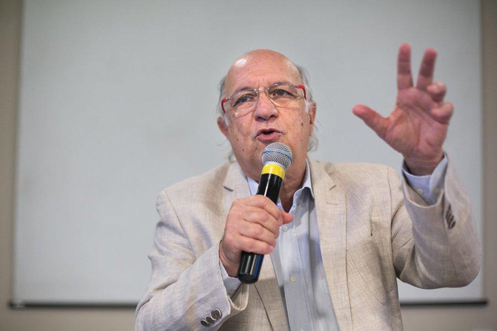 """Ex-ministro dos Direitos Humanos, Paulo Vannuchi acaba de deixar o mandato na Organização dos Estados Americanos (OEA) e diz que toda a concentração do golpe é inviabilizar a candidatura Lula; """"Se inviabilizada, o sistema não tem ameaça. Não é Ciro Gomes (PDT), Guilherme Boulos (PSol), nem Marina Silva (Rede) que ameaçam""""; para ele, prender Lula vai disseminar na população mais pobre a ideia de que o país não tem instituições e pode desencadear reações em que não há regras, com surtos de violência, política e não-política; """"Isso não é bom para ninguém, nem para o capital brasileiro, nem para as empresas. Os investidores estrangeiros gostam de investir em países em que há estabilidade"""", afirma Paulo Vannuchi"""