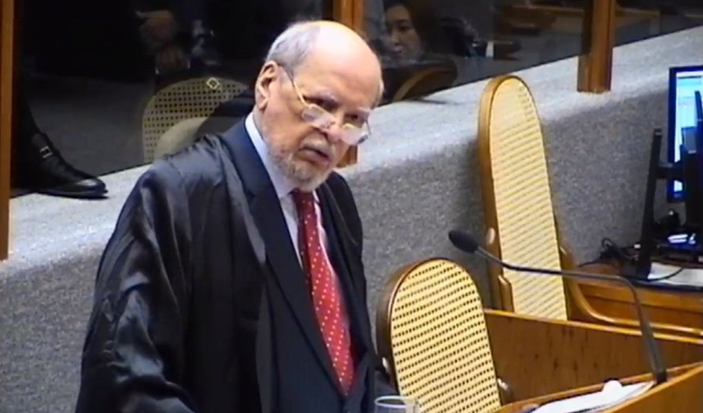 """O advogado de Lula, Sepúlveda Pertence, em pronunciamento no Superior Tribunal de Justiça (STJ), durante o julgamento do habeas corpus 434.766 do ex-presidente, criticou o papel da mídia e defendeu a aprovação do HC; """"Não trato do paciente, nem de suas qualificações, nem, se sua biografia. O que se pretende é a reafirmação do princípio constitucional básico da presunção de inocência, que serve e protege qualquer cidadão"""", afirmou"""