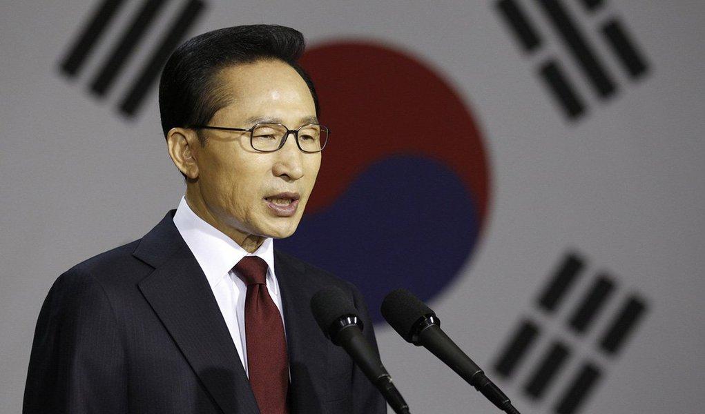 Procuradores sul-coreanos intimaram o ex-presidente do país Lee Myung-bak a prestar depoimento sobre alegações de que teria recebido suborno enquanto estava no poder; procuradores da Coreia do Sul pediram no mês passado pena de 30 anos de prisão para a também ex-presidente Park Geun-hye, sucessora de Lee, que foi deposta no último ano em meio a um escândalo de tráfico de influência e está sendo julgada por acusações de suborno, abuso de poder e coerção