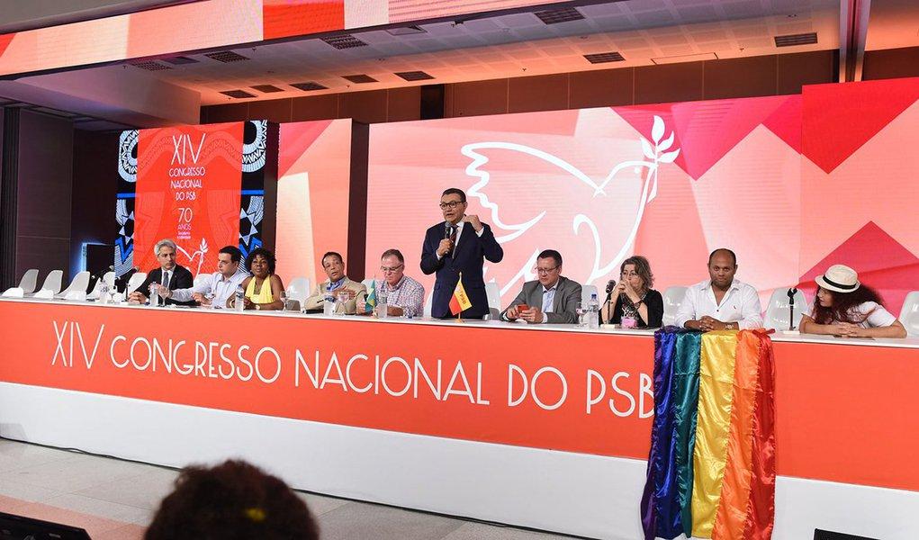 Em congresso nacional realizado nesta sexta-feira, o PSB aprovou uma resolução nacional que impede o apoio do partido a candidatos que não sejam do campo progressista, o que dificulta uma aliança nacional com o governador paulista Geraldo Alckmin, do PSB. Ou seja: se não tiver candidatura própria, o PSB tende a se aliar ao ex-presidente Lula, do PT, ou a Ciro Gomes, do PDT