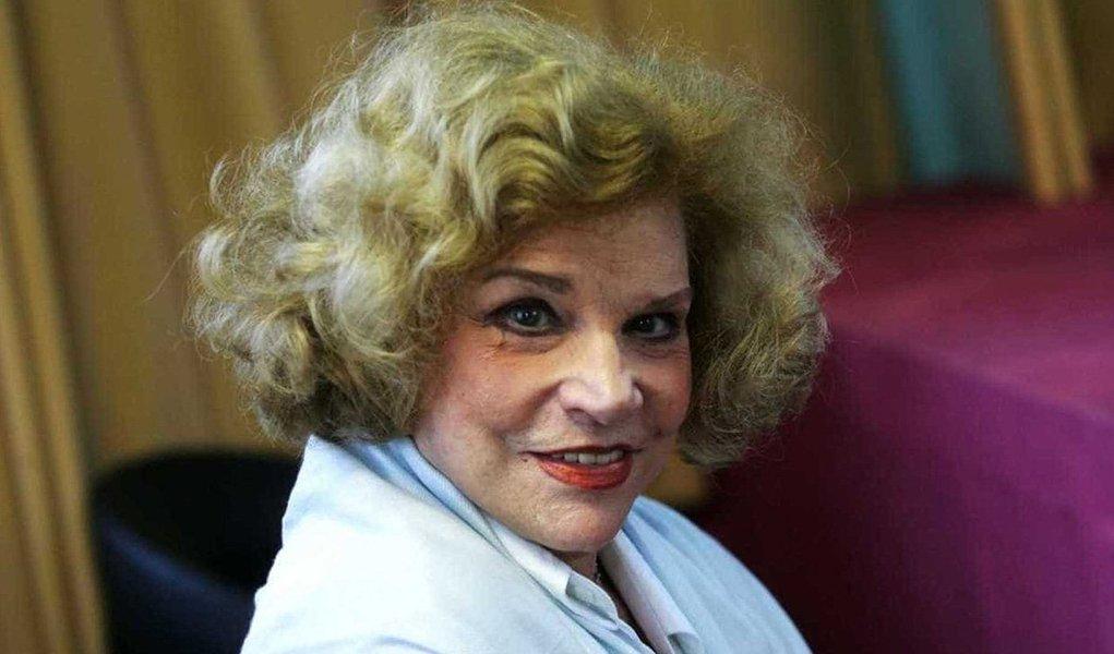 Atriz Tônia Carrero, de 95 anos, morreu na noite desse sábado (3) na Clínica São Vicente, no Rio de Janeiro. Ela estava internada desde sexta-feira (2) para a realização de um procedimento cirúrgico simples, mas não resistiu a uma parada cardíaca; local e informações do velório ainda não foram definidos pela família; seu último trabalho na televisão foi na telenovela Senhora do Destino, em 2004