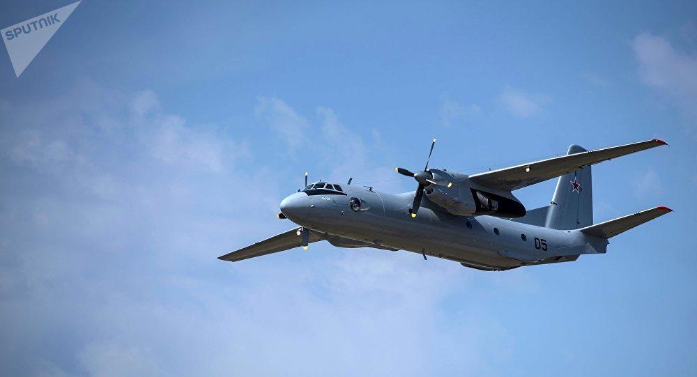 O avião de transporte militar russo An-26 sofreu o acidente no momento em que efetuava a aterrissagem no aeródromo sírio de Hmeymim; segundo dados preliminares, a abordo estavam 26 passageiros e 6 tripulantes e todos morreram, de acordo com Ministério da Defesa da Rússia; avião colidiu com a terra a uma distância de 500 metros da pista de aterrissagem