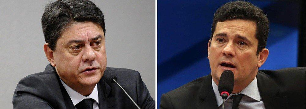 """O deputado federal Wadih Damous (PT-RJ) comentou a notícia de que o juiz Sergio Moro pediu demissão da Universidade Federal do Paraná e cogita se mudar para os Estados Unidos; """"se isso se confirmar, ele será recebido com tapete vermelho na CIA, no FBI e nas petroleiras, deixando um rastro de desemprego e de destruição econômica no Brasil"""", afirma; Damous também comentou a disparada na rejeição a Moro e diz que a população percebeu que ele """"usou a justiça para fazer perseguição político-partidária"""""""