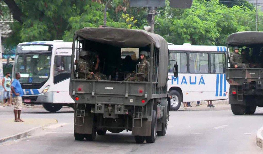 Forças Armadas deflagraram nessa sexta-feira, junto com as forças policiais do Rio de Janeiro, uma operação contra o tráfico de drogas e o roubo de cargas na cidade de São Gonçalo, na Região Metropolitana do Estado, enquanto uma ação separada das forças de segurança apreendeu 1,5 tonelada de cocaína no Porto do Rio