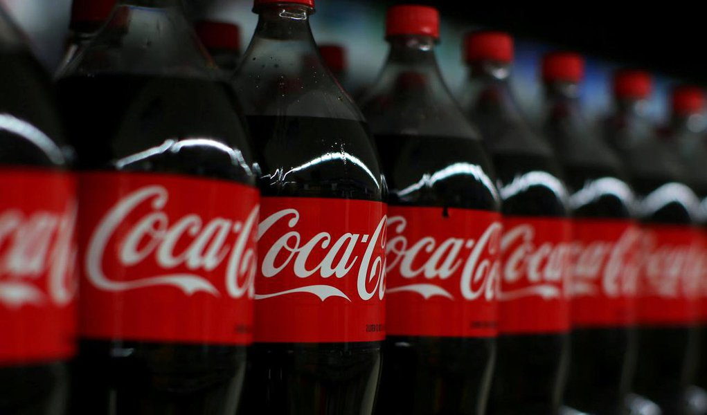"""Pela primeira vez, em seus 125 anos de atividade, a Coca-Cola irá produzir bebida alcoólica; empresa pretende entrar no mercado de japonês de """"chu-chi!, bebidas aromatizadas enlatadas feitas a partir do shochu, um destilado japonês, com teor alcoólico variável entre 3% e 8%"""