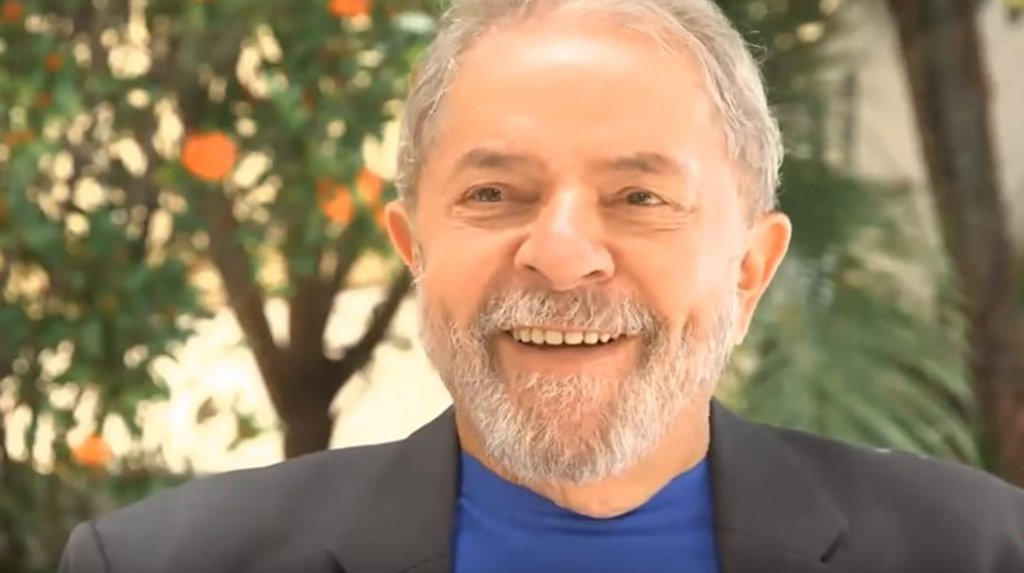 """Um cidadão de Pernambuco identificado como Pedrinho gravou um vídeo, que circula pelos grupos de Whatsapp, em que afirma que """"se Lula roubou, roubou pra nós, pra me dar, e a um bocado de nordestinos""""; """"Achei tão do cacete... Vou até ligar pra ele depois e dizer: olha, eu não roubei, não, seu filho da p*"""", disse, sorridente; assista"""