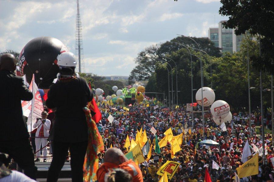 As principais centrais sindicais decidiram que vão preparar uma série de atos e manifestações contra os Estados Unidos após ameaça de criar tarifas à importação de aço e de alumínio para proteger os produtores americanos; se a taxação anunciada pelo presidente Donald Trump for confirmada, as exportações brasileiras serão afetadas, com a consequente e drástica diminuição da produção e dos empregos no Brasil