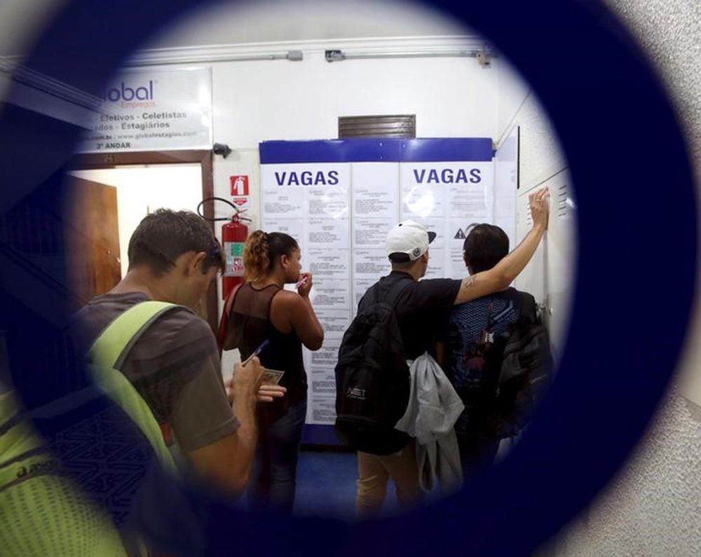 Pessoas olham para listas de vagas de trabalho em agência de empregos no centro de São Paulo 14/03/2016 REUTERS/Paulo Whitaker