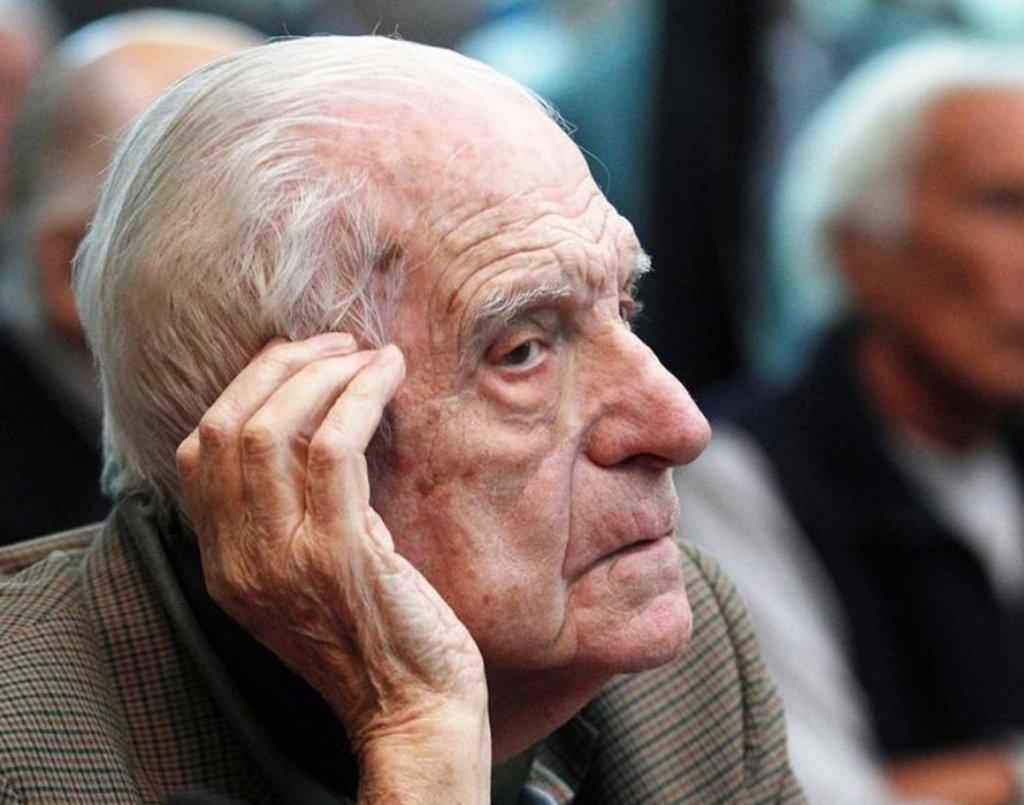 """O último líder da """"Guerra Suja"""" de 1976 a 1983 na ditadura militar da Argentina, Reynaldo Bignone, morreu em um hospital militar nesta quarta-feira, informou a agência de notícias estatal argentina Telam; Bignone, de 90 anos, cumpria sentenças prisionais por conspirar para sequestros e assassinatos de adversários durante seu regime de julho de 1982 a dezembro de 1983; sua morte fecha um capítulo brutal na história da Argentina, durante o qual grupos de direitos humanos dizem que o regime militar foi responsável pelo """"desaparecimento"""" de cerca de 30 mil pessoas"""