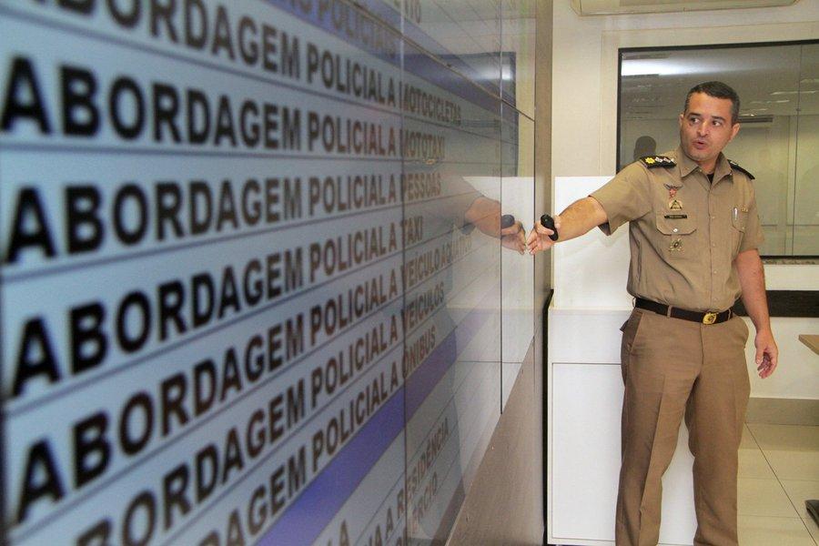 """Goiás registrou queda em todos os 12 indicadores criminais monitorados em fevereiro de 2018; comparação é com igual período do ano passado; entre os destaques, está a redução de 28,57% no número de latrocínios. O anúncio foi feito nesta terça-feira (06/03), pelo secretário de Segurança Pública, Irapuan Costa Júnior; """"Nossas ações de combate ao crime continuarão sendo fortes. Queremos reduzir ainda mais esses números"""", afirmou; homicídios recuaram 10,06%, ao passo que estupros cederam 4,55%. Tentativas de homicídio regrediram 17,53%"""