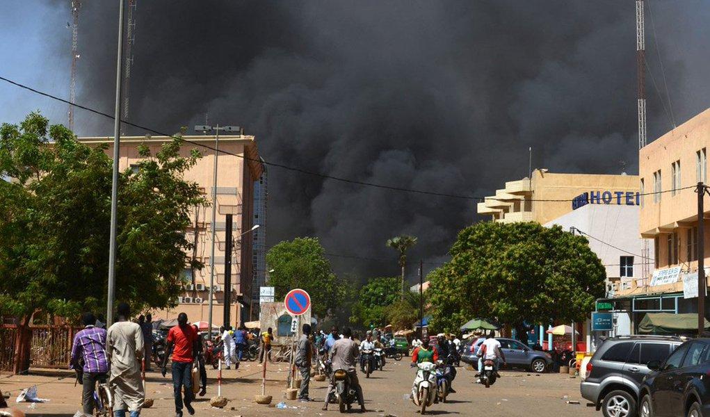 """Um grupo de homens armados não identificados atacou nesta sexta-feira a área diplomática da capital de Burkina Faso, Ouagadogou, provocando vários incêndios e confrontos com as forças de segurança perto da delegação francesa e do escritório do primeiro-ministro, informou a imprensa local; televisão nacional burquinense (RTB), cujo escritório se encontra ao lado da embaixada da França, afirma que cinco pessoas armadas desceram de uma caminhonete aos gritos de """"Allahu Akbar"""" (Alá é grande) antes de começar a disparar e atear fogo ao veículo"""
