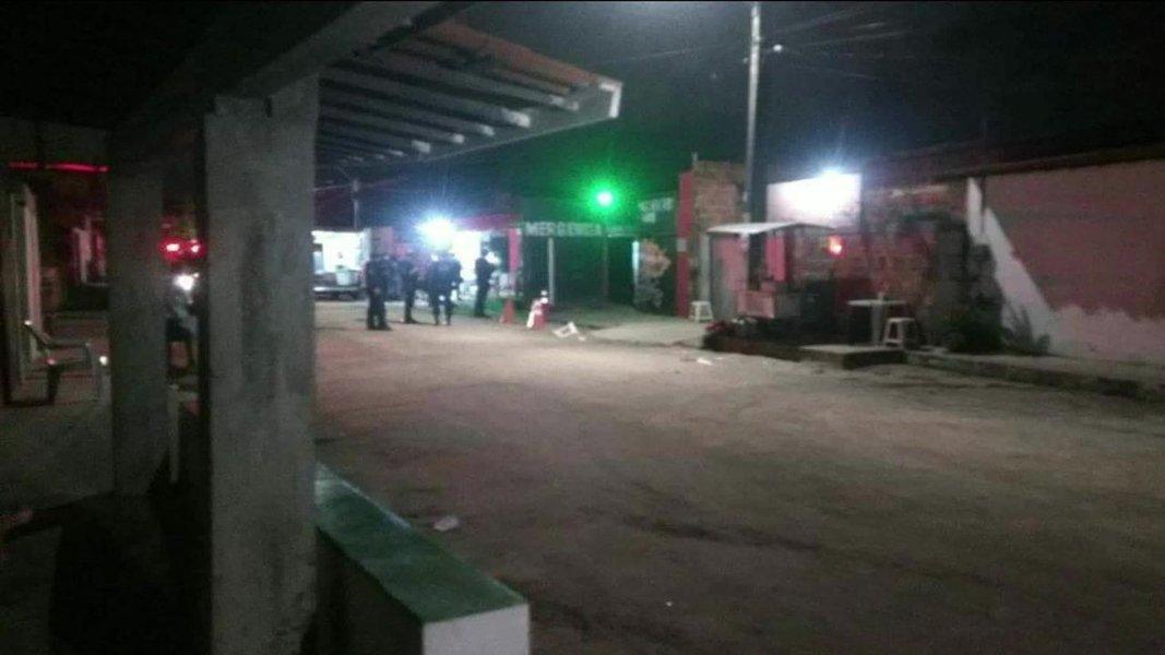 """Grupo de criminosos invadiu um forró onde se encontrava uma facção rival em Fortaleza, no Cerá, matando ao menos 18 pessoas (14 segundo a população) que estavam na festa; massacre aconteceu no evento conhecido como """"Forró do Gago"""" por volta de 1h30 da madrugada deste sábado, quando vários homens armados chegaram em três carros, invadiram o local e dispararam tiros; suspeita principal é que o crime tenha sido motivado por disputa de facções rivais"""