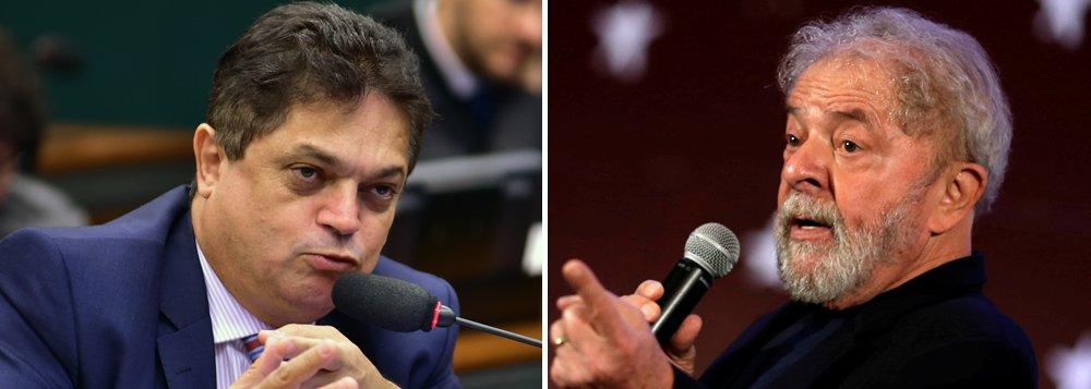 """Preso pela Polícia Federal nesta quinta-feira, 8,ao desembarcar no aeroporto de Guarulhos (SP), o deputado federal João Rodrigues (PSD-SC) disse que está sendo utilizado pela Justiça como """"bode expiatório"""" para a prisão do ex-presidente Lula; João Rodrigues foi condenado pelo TRF-4 em 2009 acinco anos e três meses de reclusão em regime semiaberto por fraude e dispensa de licitação;""""Estão me usando de bode expiatório para prender o Lula"""", afirmou o deputado antes de ser detido"""