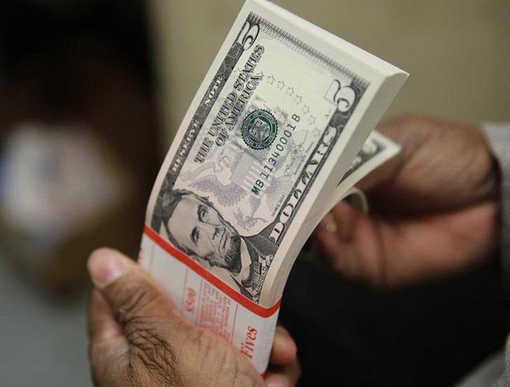 Notas de dólar sendo inspeciondas em Washington, nos EUA 26/03/2015 REUTERS/Gary Cameron