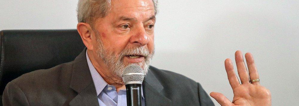 """Condenado sem provas pelo TRF4 no processo envolvendo o triplex no Guarujá (SP), o ex-presidente Lula deve ser preso logo apóso tribunal julgar o recurso contra a sentença, o que deve ocorrer a partir do próximo dia 23; o trabalho para o """"Dia D"""" da Lava-Jato é sigiloso e envolve 350 agentes, avião e apoio da Polícia Militar; as informações dão conta de que não haverá o uso de algemas nem de camburão"""