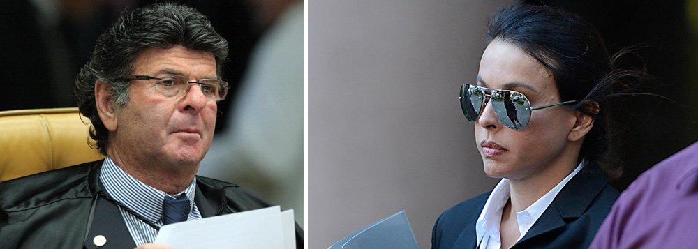 """""""Indicado por Dilma, Fux foi à casa de Cabral para agradecer o apoio. E, diante de testemunhas, fez um gesto que ele mesmo disse que seria inédito: ajoelhou-se, diante de todos, e beijou os pés de Adriana. Tem seu lado criativo, convenham. Já se conhecia o beija-mão. O beija-pé, se não é símbolo máximo da sujeição, deve ser puro ato de picardia"""", escreveu em outubro o jornalista Reinaldo Azevedo sobre o presidente do TSE, Luiz Fux"""