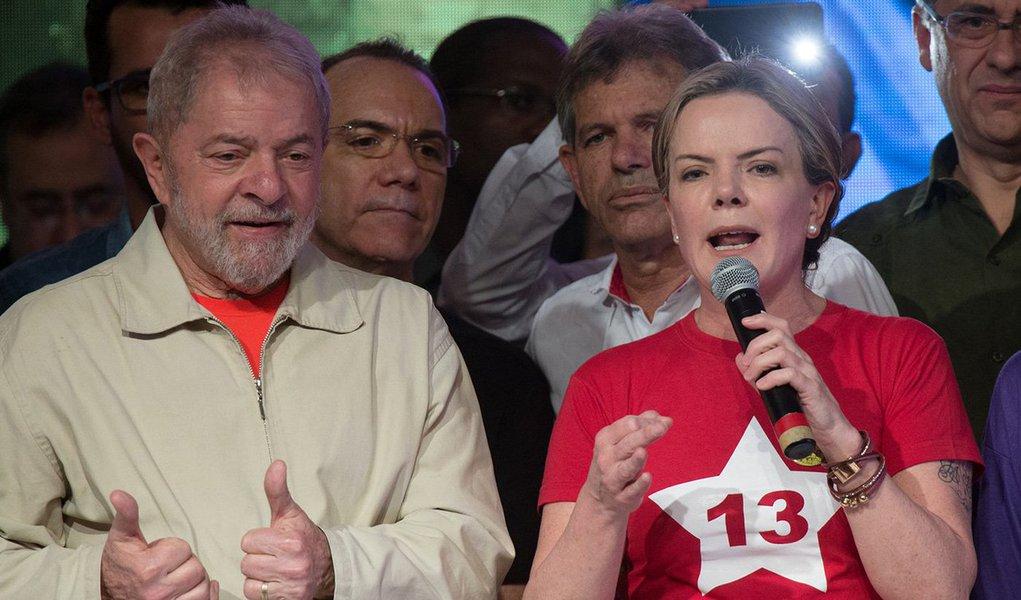"""""""A condenação de Lula está envergonhando internacionalmente o País, jurídica e politicamente, aose efetuar sem prova, sem crime e tentando negar ao povo o direito de escolher quem melhor lhe represente no comando do Brasil"""", diz a senadora Gleisi Hoffmann, presidente do PT, sobre a caçada judicial para inabilitar o ex-presidente Lula das eleições de outubro; """"Atuaremos em todas as trincheiras, dos recursos jurídicos à luta política. Lula representa a luta e a resistência do povo brasileiro. É candidato de parcela expressiva da população. Cabe a nós, do PT e das forças progressistas e populares da sociedade, protegê-lo e defendê-lo!"""", diz Gleisi"""
