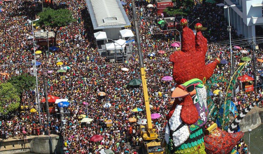 """Maior bloco carnavalesco do Recife, o Galo da Madrugada espera reunir 2 milhões de foliões adoradores do frevo durante o desfile pelos 6 quilômetros das ruas da capital; desfile celebra o 40º aniversário da agremiação, com o tema """"Galo 40 anos, Promovendo o Folclore e a Cultura de Pernambuco""""; o homenageado deste ano é o jornalista Francisco José, que realiza coberturas desde o primeiro desfile do boco"""
