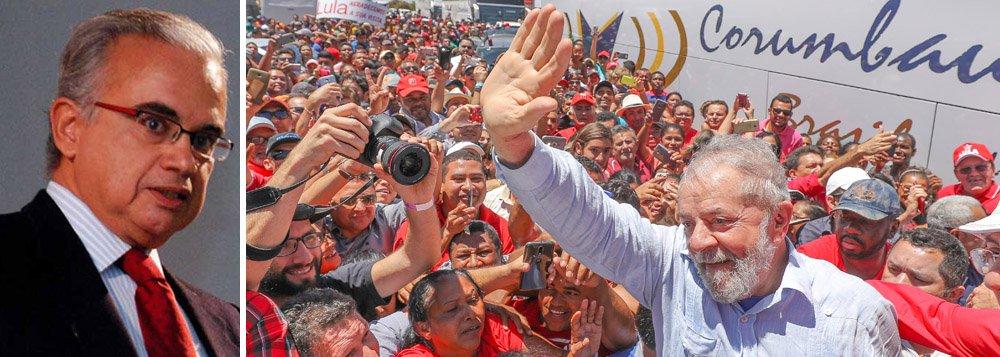 """O sociólogo e presidente do instituto Vox Populi, Marcos Coimbra, diz que a Folha de S. Paulo sabotou o instituto Datafolha ao divulgar a pesquisa que mostra o ex-presidente folgado na liderança, apesar da sentença do TRF-4; segundo ele, além de ignorar o cenário com Lula na disputa, o jornal camuflou a forte capacidade de Lula transferir votos a outro candidato; """"Este, o aspecto mais relevante da pesquisa, foi escondido pelo jornal no canto inferior direito da página A5. Muitos leitores nem sequer o perceberam"""", diz Coimbra; """"O debate nacional é enriquecido quando dados de realidade são camuflados? Só uma coisa é certa: perde o Datafolha, embora não seja quem faz o jornal"""", acrescenta"""