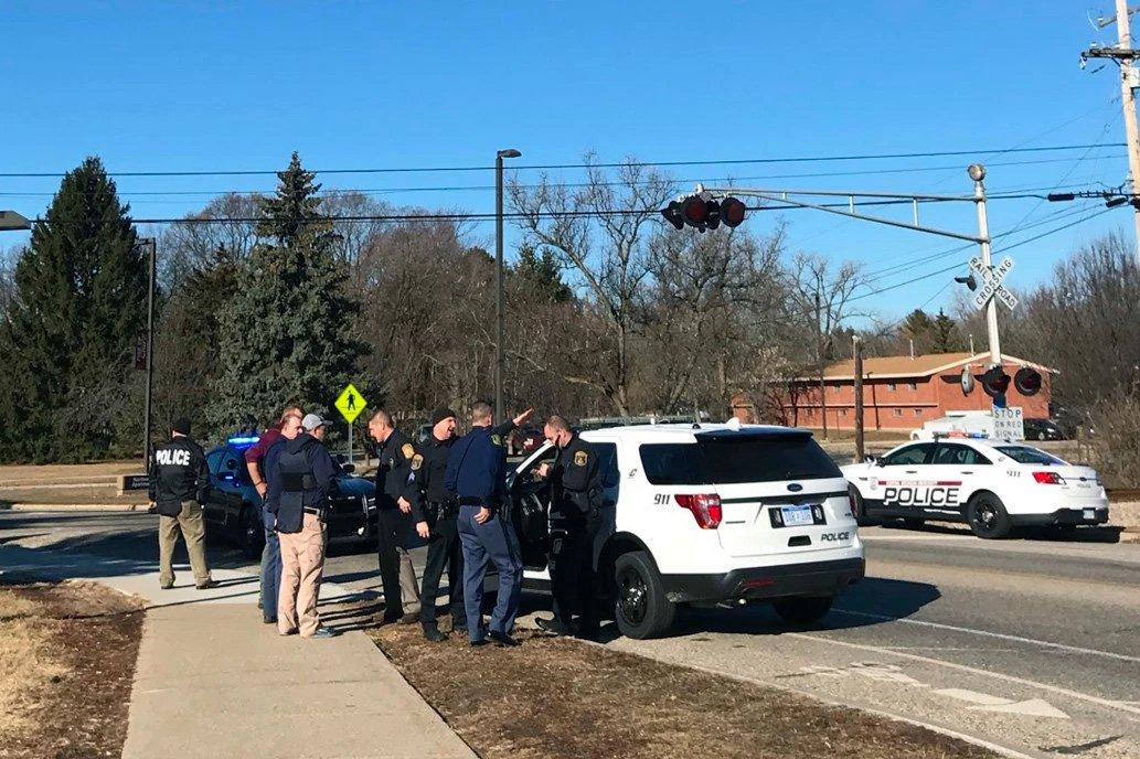 """Ao menos duas pessoas foram mortas a tiros em um dormitório na Central Michigan University, no Estado norte-americano de Michigan, nesta sexta-feira e a polícia está perseguindo um suspeito, informou a universidade; suspeito, um homem de 19 anos, é considerado""""armado e perigoso"""", de acordo com a conta no Twitter da cidade de Mount Pleasant"""