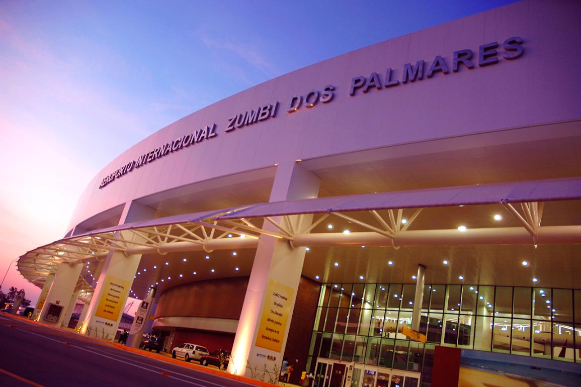 Cerca de 60% dos estrangeiros que desembarcaram em Alagoas no ano passado são turistas argentinos, que é hoje o principal mercado emissor internacional para terras alagoanas; de acordo com dados da Infraero, foram 10.718 desembarques de estrangeiros no Estado no ano passado; o fluxo de passageiros internacionais cresceu 320% em 2017, no Aeroporto Internacional Zumbi dos Palmares; pouco diante do potencial e muito se comparado com 2016, quando a movimentação foi de apenas 2.542 passageiros internacionais