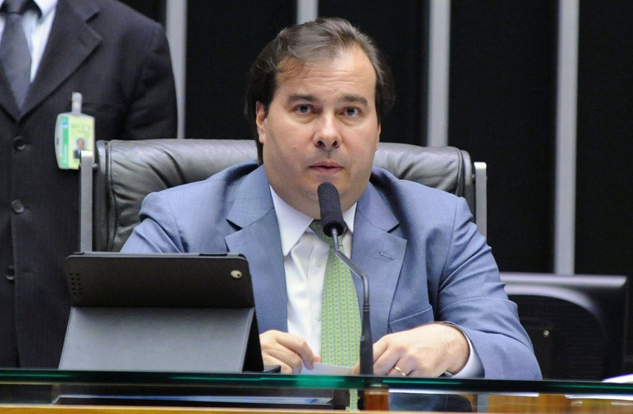 """O presidente da Câmara, Rodrigo Maia (DEM-RJ), defendeu que o seu campo político defina uma candidatura ao Palácio do Planalto alternativa à do PSDB para barrar a volta da esquerda ao poder, e disse que seu nome pode ser uma opção;""""Se a gente não construir uma candidatura no campo do centro que não seja do PSDB nós vamos entregar essa eleição ou para o PT ou para a Marina ou paro o Ciro""""; Maiadeve ter seu nome lançado pelo DEM na semana que vem para a disputa presidencial"""