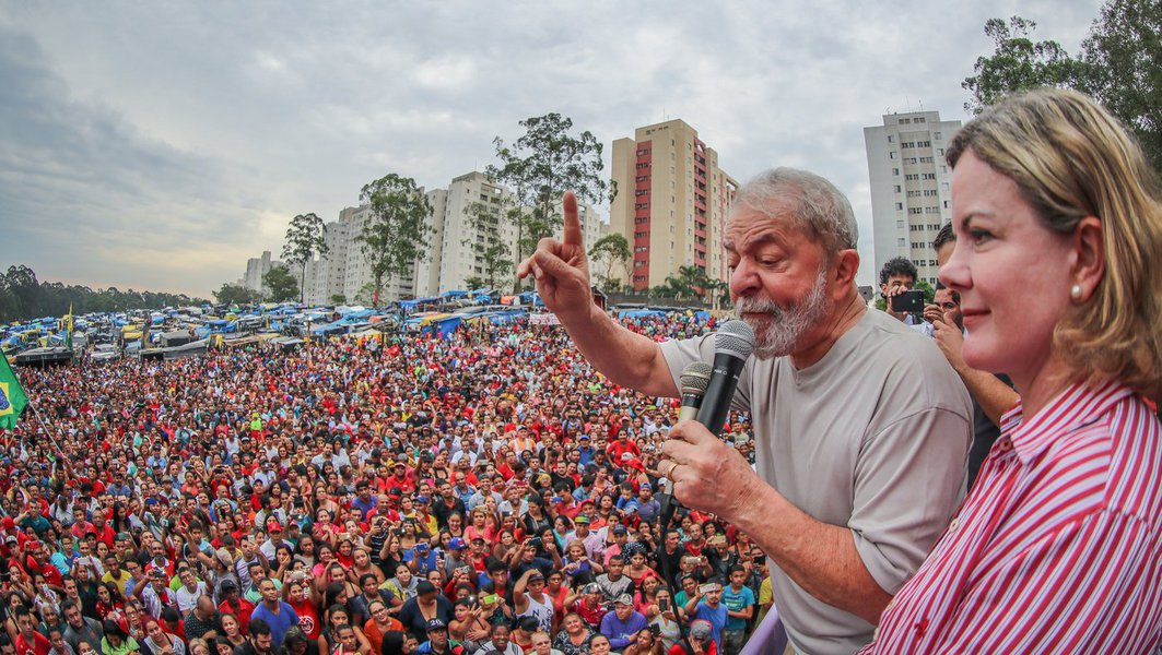 """Em nota após o julgamento que confirmou a condenação do ex-presidente Lula por 3 a 0 pelo TRF4, o Partido dos Trabalhadores, presidido pela senadora Gleisi Hoffmann (PR), diz que não haverá rendição """"diante da injustiça""""; """"Não vamos aceitar passivamente que a democracia e a vontade da maioria sejam mais uma vez desrespeitadas. Vamos lutar em defesa da democracia em todas as instâncias, na Justiça e principalmente nas ruas. Vamos confirmar a candidatura de Lula na convenção partidária e registrá-la em 15 de agosto, seguindo rigorosamente o que assegura a Legislação eleitoral"""", diz trecho da nota"""