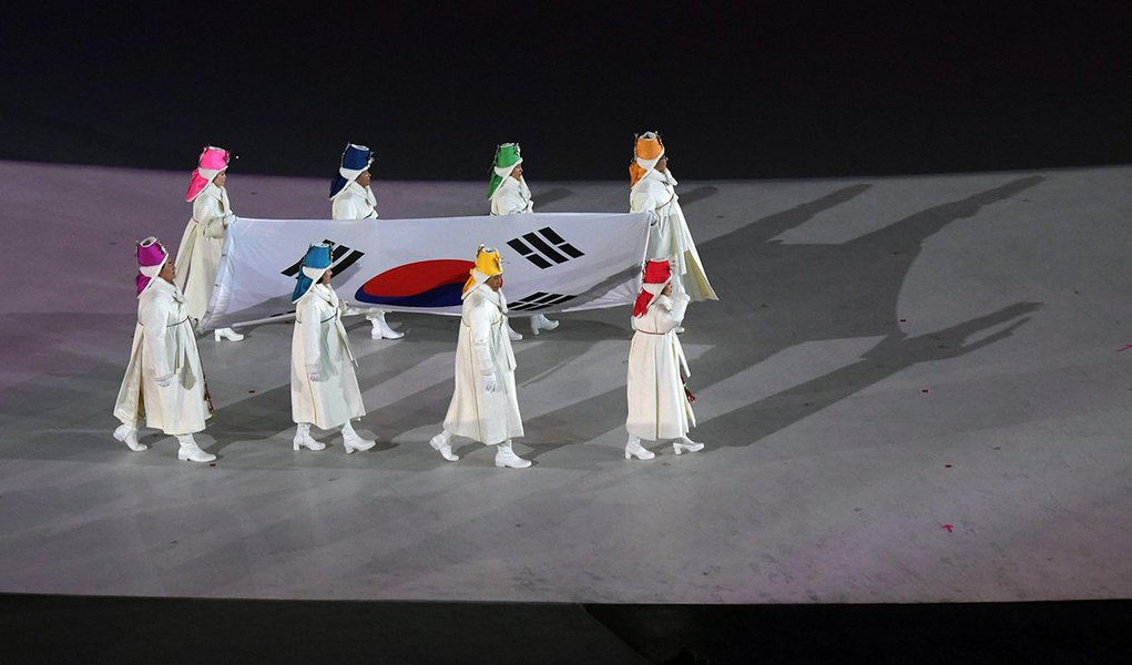 Na cerimônia de abertura dos Jogos, o chefe de Estado nominal da Coreia do Norte, Kim Yong Nam e a irmã do líder norte-coreano, Kim Jong Un, acenaram para atletas sul e norte-coreanos, que desfilaram sob uma bandeira da península unificada pela primeira vez em uma década; mais tardeo presidente sul-coreano, Moon Jae-in declarou a Olimpíada oficialmente iniciada, seguido por uma explosão de fogos de artifício; Kim Yuna, estrela sul-coreana da patinação artística e medalhista olímpica de ouro, acendeu a pira olímpica