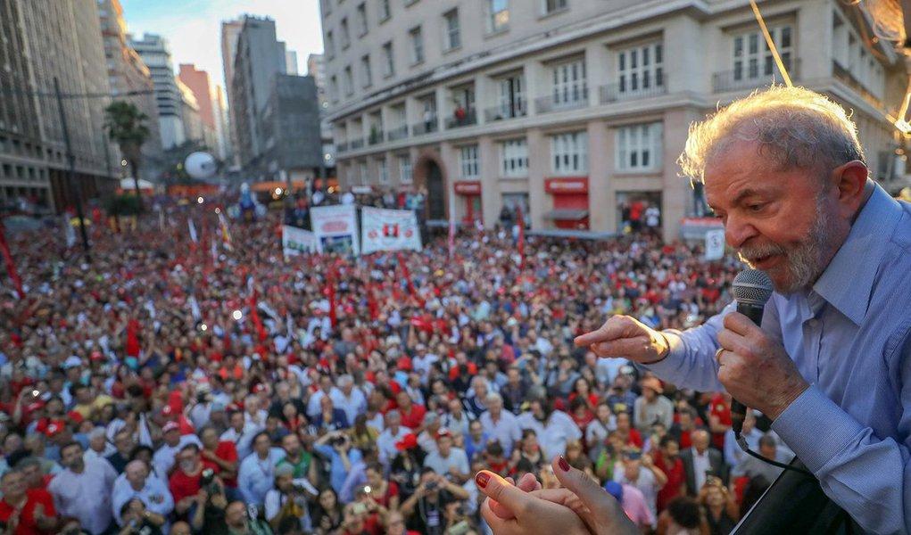 """para o jornalista Mario Marona, """"as imagens que mostram verdadeiramente o apoio a Lula, ontem, em Porto Alegre, não estão nas primeiras páginas dos jornais tradicionais brasileiros. Nas páginas internas, a presença do povo nas ruas é mostrada, de longe, apenas em uma foto e somente em um único jornal""""; """"Lula reuniu milhares de pessoas para ouvi-lo, mas a visão das primeiras páginas faz parecer que ele falou para ninguém, ou para fantasmas. Está sozinho, sobre um palanque, numa das fotos acompanhado apenas pela ex-presidenta Dilma Rousseff"""", destaca"""
