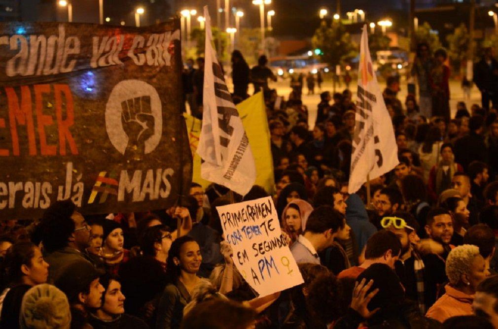 """São Paulo - Ato """"#Fora Temer! Não queremos nenhuma chibata! Queremos decidir nosso futuro!"""", organizado por mulheres negras, defende direitos sociais e trabalhistas. Largo da Batata, Pinheiros, região oeste."""