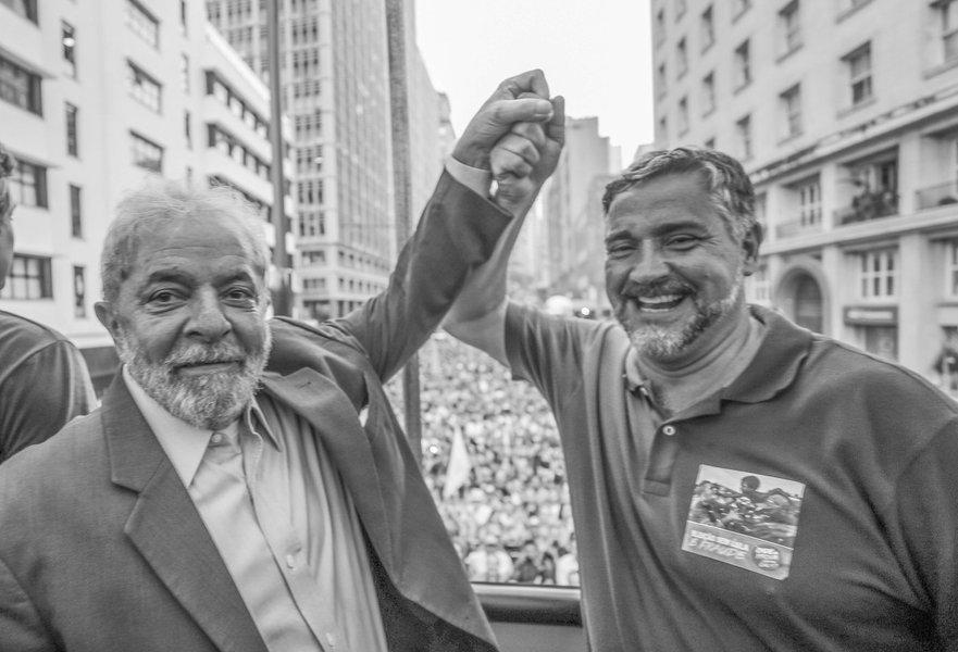 """O ex-presidente Luiz Inácio Lula da Silva fez um discurso histórico nessa terça-feira, 23, em Porto Alegre, na véspera do julgamento do seu recurso pelo TRF-4; cerca de 70 mil pessoas participaram do ato; """"Tiraram a Dilma e o PT do Governo e continuamos anestesiados. Agora estamos acordando!"""", disse Lula"""