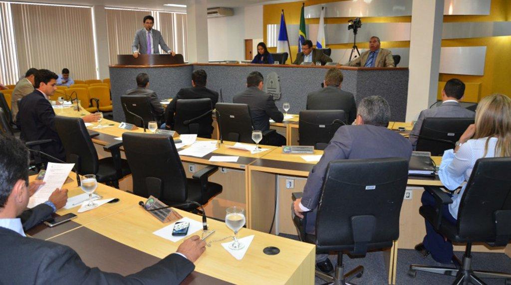 A Câmara de Palmas aprovou a proposta de modificação do projeto que dispõe sobre as diretrizes orçamentárias para o exercício financeiro de 2018; as estimativas de receitas para este ano correspondem a mais de R$ 1,32 bilhão, deacordo com o PL, de autoria do Executivo; a Emenda Impositiva ao Orçamento, que previa emendas parlamentares até o limite de 1,2% da Receita Corrente Líquida do ano anterior, foi rejeitada pela maioria dos parlamentares