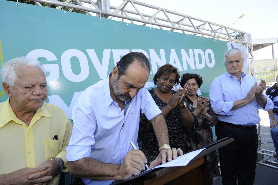 """Durante evento na Câmara Municipal, região Centro-Sul de Belo Horizonte, filiados do PHS falaram que o prefeito Alexandre Kalil (PHS) seria o próximo chefe do Executivo; porém, minutos depois, Kalil afirmou, rapidamente, que é um homem de compromisso; """"Eu tenho vários defeitos. Todo mundo conhece todos os meus grandes defeitos. Eu tento, todo dia, diminui-los. Mas eu tenho algumas qualidades, e uma é muito forte: eu quero falar que sou um homem de compromisso e palavra"""", disse ele"""