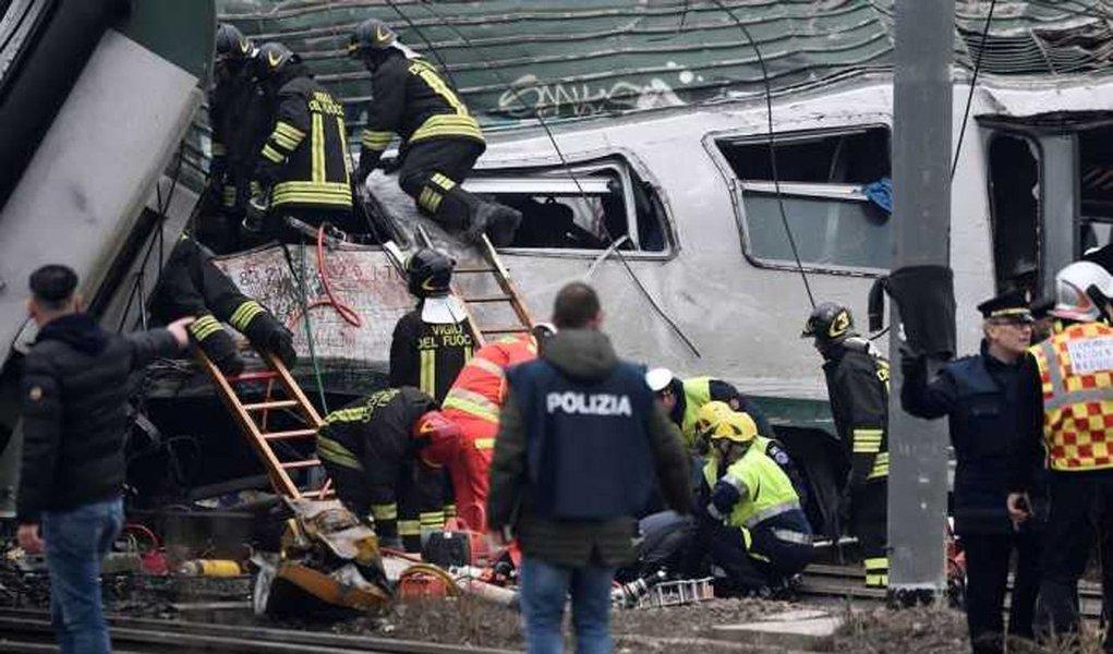 Trem descarrilou perto da capital financeira da Itália, Milão, deixando entre três e cinco mortos, disse uma autoridade do corpo de bombeiros da cidade; companhia ferroviária estatal Ferrovie dello Stato informou que um trem regional, operado pela Trenord, descarrilou na estação Pioltello Limito, a cerca de 40 quilômetros de Milão