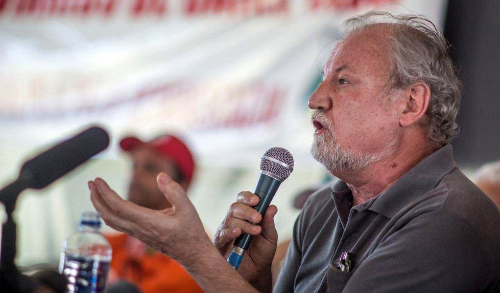 """Coordenador do MST, João Pedro Stedile, afirmou que os movimentos sociais não irão aceitar """"de forma nenhuma"""" uma eventual prisão do ex-presidente Lula; """"E aqui vai o recado para a dona Polícia Federal e para a Justiça: não pensem que vocês mandam no país. Nós, dos movimentos populares, não aceitaremos de forma nenhuma que o nosso companheiro Lula seja preso"""", disse; presidente da CUT, Wagner Freitas, disse que os movimentos sociais e de trabalhadores irão """"enfrentar [a decisão judicial] nas ruas e desautorizar o TRF-4"""""""
