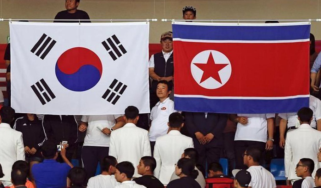 """Delegação de autoridades e jogadoras de hóquei no gelo norte-coreanas cruzaram a fortemente protegida fronteira com a Coreia do Sul, , para iniciar treinamento olímpico conjunto, à medida que Pyongyang pediu para todos os coreanos buscarem a unificação das duas nações; mais cedo, a Coreia do Norte fez um raro anúncio destinado a """"todos os coreanos em casa e no exterior"""", dizendo que eles devem fazer um """"avanço"""" para a unificação sem a ajuda de outros países"""