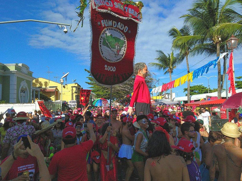 """Esse ano o tema foi""""Lula Guerreiro do Povo Brasileiro"""" pelas ladeiras de Olinda (PE); ao lado dos já conhecidos bonecos gigantes de Che Guevara e Hugo Chávez, o boneco do ex-presidente ganhou a simpatia dos foliões e dos que assistiam o bloco;""""Lula é efetivamente a liderança que tem condições de construir no ano de 2018 a luta contra o golpe, por isso estamos esse ano defendendo a democracia e o direito de Lula ser candidato"""", afirma Jaime Amorim, dirigente do movimento"""