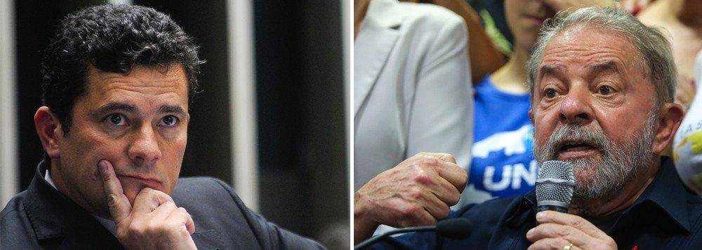 """""""A ditadura está instalada no Brasil. A caçada midiática, judicial e policial hoje voltada contra Lula, em breve será uma caçada disseminada contra qualquer crítico da ditadura; contra qualquer ativista social, contra qualquer cidadão comum na luta por direitos e liberdade"""", afirma o colunista Jeferson Miola ao criticar a sentença do juiz Sergio Moro contra Lula, confirmada pelo TRF-4; """"O terror midiático-jurídico é tão ou mais perverso que o terror militar. Quando princípios fundamentais – como devido processo legal, presunção da inocência e ônus da prova – são pervertidos, o cidadão fica totalmente desprotegido, sujeitado ao arbítrio e à pior das tiranias. A farsa judicial montada para aniquilar Lula decretou a ditadura no Brasil"""", diz Miola"""