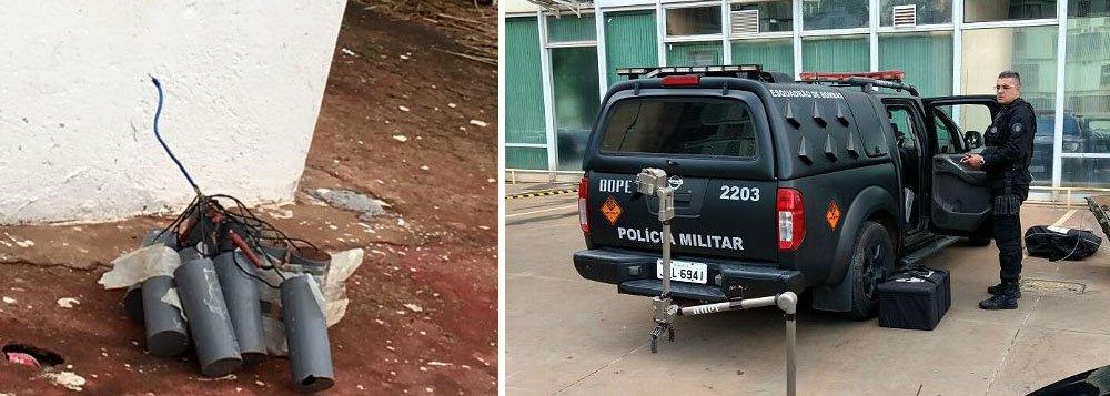 Área situada nas proximidades da Esplanada dos Ministérios, em Brasília, foi isolada pela Polícia Militar do Distrito Federal devido à suspeita de uma bomba; de acordo com a PM, o Esquadrão de Bombas foi acionado no início da manhã desta quinta-feira (25), quando um artefato contendo 10 cilindros plásticos ligados por fios foi encontrado; policiais estão analisando o artefato para verificar se há risco de explosão