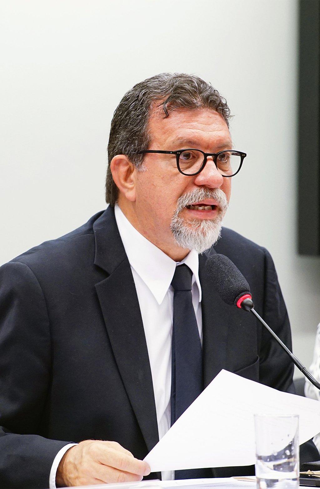 """O deputado federal Afonso Florence (PT-BA) afirmou que qualquer decisão judicial que venha a impedir o ex-presidente Lula de disputar a eleição presidencial de outubro caracterizará um momento de exceção na vida política brasileira; segundo ele, """"impedir a candidatura de Lula é fraude eleitoral, é adotar no Brasil um regime de exceção""""; """"Em momento algum do processo contra Lula, ficou provado que o apartamento lhe pertence ou que ele tenha recebido o imóvel como vantagem indevida"""", frisou"""