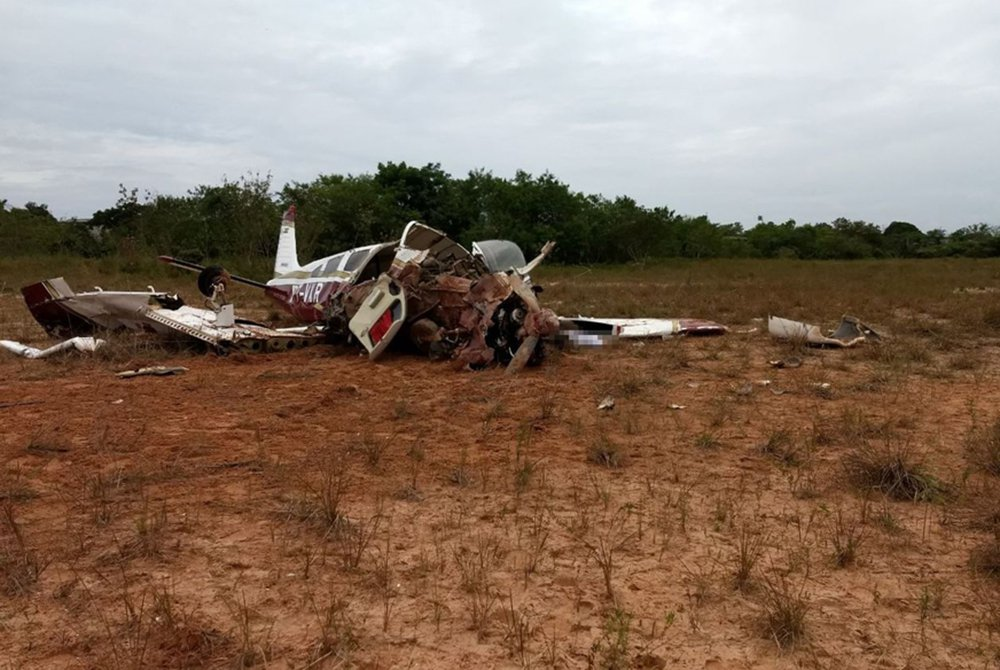 Um avião monomotor caiu na manhã desta quinta-feira (22) em Manaus, em um terreno baldio próximo à rodoviária da capital amazonense, matando três das cinco que estavam a bordo; as duas pessoas retiradas com vida pelos bombeiros foram levadas por uma ambulância do Samu para hospitais da região e segundo o capitão Vanderson, do Corpo de Bombeiros, uma delas estava em estado grave