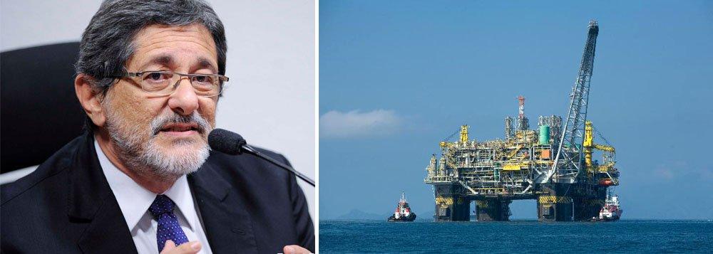 """Durante evento no Rio de Janeiro, o ex-presidente da Petrobras José Sergio Gabrielli deu uma declaração à TV 247, em que expôs o cenário da disputa mundial pelo petróleo e explicou a posição do Brasil; """"E é por isso que eu acho que um golpe tem tudo a ver com essa busca dos EUA em encontrar novas alternativas para fornecimento de petróleo para a próxima década"""", disse; para ele, """"se um novo governo quiser retomar a autonomia e a soberania nacional, vai precisar controlar a expansão dos novos leilões e retomar a reconstituição da Petrobras""""; assista"""