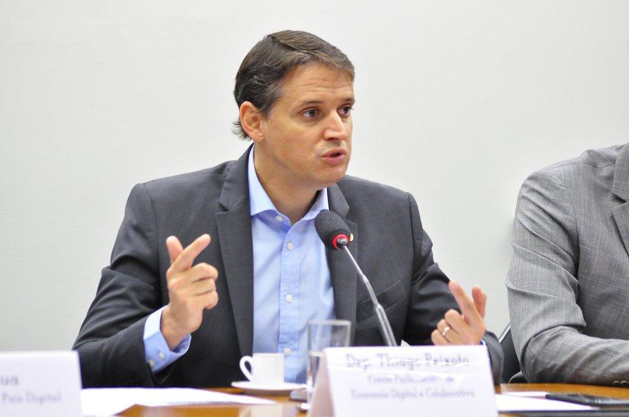O deputado federal Thiago Peixoto (PSD-GO) defendeu, esta semana, avanços na legislação brasileira para que o país não perca cada vez mais competitividade na área de inovação; presidente da Frente Parlamentar de Economia Digital e Colaborativa, ele afirmou que tem se tornado cada vez mais comum que startups de muito potencial nascidas no Brasil migrem para países vizinhos por conta de entraves legais que dificultam a evolução delas no País