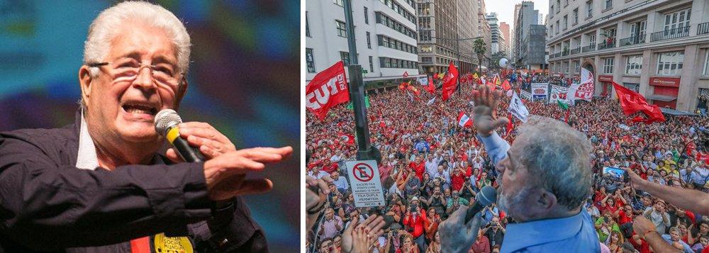 """O senador Roberto Requião (PMDB-PR) foi um dos políticos mais requisitados pelo público durante os atos de apoio ao ex-presidente Lula em Porto Alegre; """"Em Davos, os ricos do mundo defendem o capital financeiro. Aqui, defendemos a democracia"""", bradou para a plateia entusiasmada que lotava o Teatro Dante Barone; para o senador, Lula """"é o ponto de apoio, pela sua popularidade, para barrar o entreguismo que dirige o governo brasileiro a favor do capital financeiro"""""""