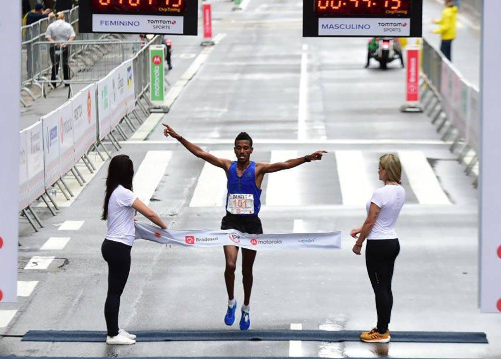 Africanos dominaram a 93ª edição da tradicional Corrida de São Silvestre, realizada em São Paulo; Brasil teve a sua pior colocação desde 2011, sem conseguir que nenhum atleta subisse ao pódio; ganhador da corrida foi o etíope Dawitt Admasu, 31, que percorreu o percurso em 44min15s; Ederson Vilela foi o brasileiro que obteve a melhor colocação e chegou em 11º lugar; na prova feminina, a queniana Flomena Cheyech completou os 15 quilômetros do circuito com o tempo de 50min18; brasileira foi Joziane Cardoso terminou a prova com a décima colocação